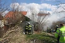 Požár dřevěného domku v zahradě na Dobré Vodě likvidovali 23. března 2020 profesionální i dobrovolní hasiči.
