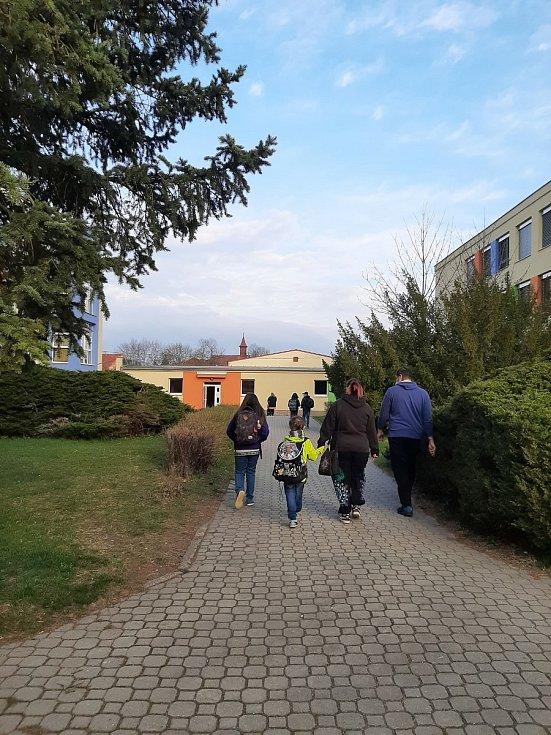 Do školy se v pondělí vrátily děti prvního stupně základních škol a předškoláci. Na snímku žáci Základní školy Pohůrecká v Budějovicích.
