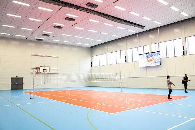 V nové tělocvičně jsou dvě volejbalová hřiště, jedno hřiště na basket a osm šaten.