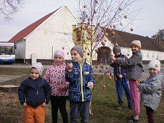 U velikonočního tvoření se na Velký pátek sešli obyvatelé Pištína v místním hostinci Na Dolánku.