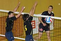 Univerzál Jan Brett (vpravo) útočí proti bloku České Lípy. EGE vyhrálo oba domácí zápasy čtvrtfinále play off