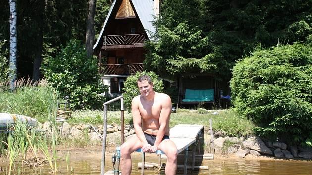 Molo. První místo, kam Ondra Veselý po příjezdu na chatu jde, je molo u rybníka. Pohled z něj ho prý uklidňuje a také na něj vodí všechny návštěvy.