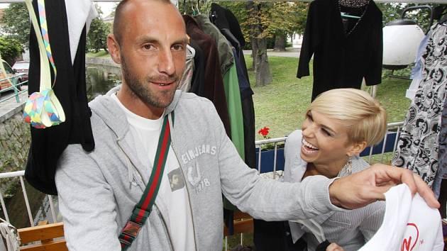 Kapitán fotbalistů Dynama Roman Lengyel se před zápasem s Baníkem zúčastnil charitativní akce na pomoc autistickým dětem v budějovické restauraci Paluba.