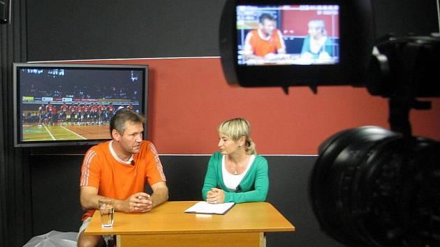 Trenér českobudějovického Jihostroje (vlevo při televizním rozhovoru) by mohl být vhodným adeptem na post reprezentačního kouče. Vůbec to ale neřeší, před sebou má další sezononu pod Černou věží.