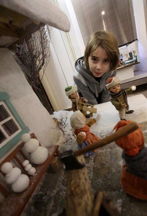 Přes deset scén z večerníčku Chaloupka na vršku nabízí do 31. prosince výstava v Prácheňském muzeu v Písku. Honzík, Anička či koza Čertice jsou postavičky, jež ukazují dětem pomalu zanikající svět lidových tradic. Na snímku Nela Samcová.
