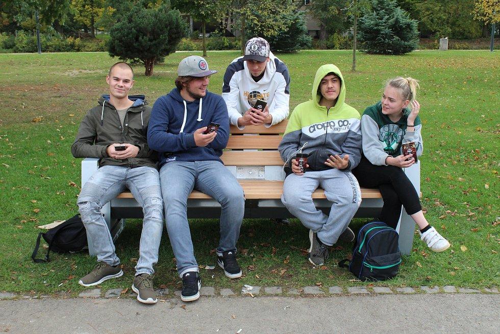 Studenti jsou na Sokolském ostrově každý den. Nové lavičky si všimli hned.