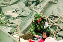 V sutinách čínských domů stále čekají na záchranu lidé. Jihočeští psi by moc pomohli.