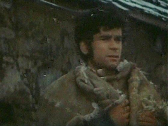 Petr Štěpánek zachumlaný vkožešině čelí chladu. Vločky kolem něho jsou umělé, je to polystyren.