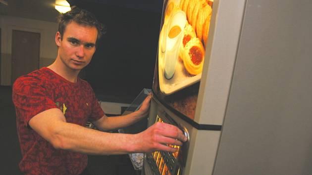"""Mirovický odchovanec Petr Dolejš v kabinách Dynama u automatu s nápoji: dá si """"ligovou"""" kávu?"""