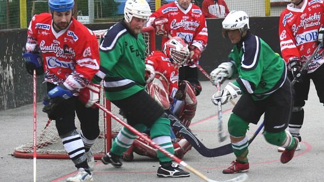 Na snímku kapitán vítězů Jan Nýdl vyváží míček z chumlu před brankářem Steinbauerem, kam se natlačil do šance kapitán Pedagogu Tomáš Pavlík.