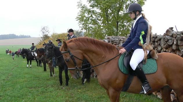 Den v sedle strávilo asi třicet jezdců a na sedátku s opratěmi patnáct vozatajů.