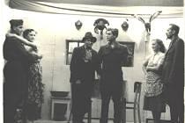 Divadlo. Členové dobrovolných hasičů hrají divadlo v roce 1949.