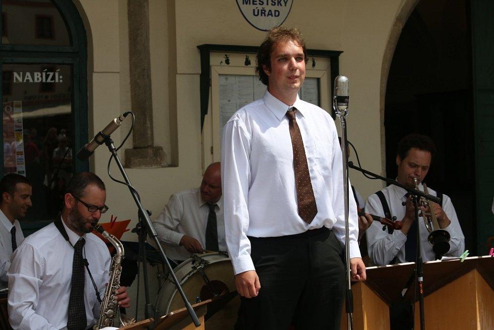 Obnovená kapela Schwarzenberské gardy hrála 5. července na náměstí v Českém Krumlově. Na snímku v popředí zpěvák Jiří Tröstl.