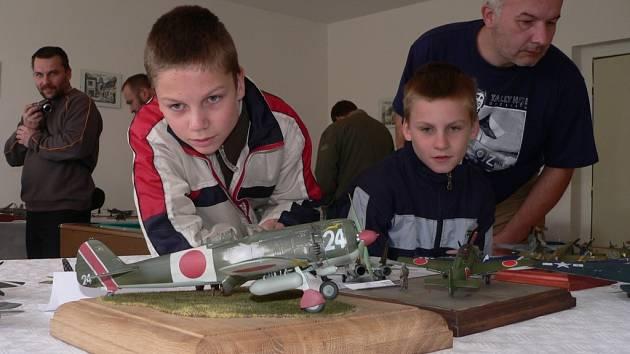 Modely při akci Křivonoska 2007 obdivovali i Václav a Marek Příhodovi z Týna nad Vltavou.