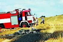 Z letadla, které spadlo před dvěma týdny, zbyla jen hromada ohořelých trosek.