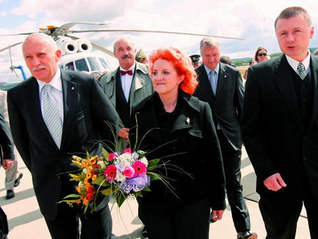 Ministryně obrany Vlasta Parkanová přiletěla včera na letiště v Plané u Č. Budějovic, aby podepsala převod letiště na Jihočeský kraj. Na ploše  ji doprovázeli také hejtman Jan Zahradník a ředitel letiště Ladislav Ondřich (vpravo).