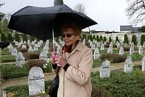 Dagmar Lieblová na hřbitově obětí pochodu smrti ve Volarech.