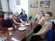 Mladí lidovci se scházejí ve štábu KDU-ČSL.