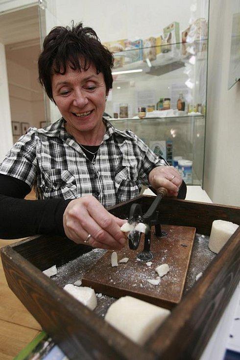 ově upravenou expozici o historii cukrovarnictví otevřelo muzeum v Dačicích, městě, kde roku 1841 vyrobili první kostku cukru na světě. V expozici si lze ozkoušet štípací kleště na homole, prohlédnout staré náčiní k výrobě cukrovinek nebo model cukrovaru.