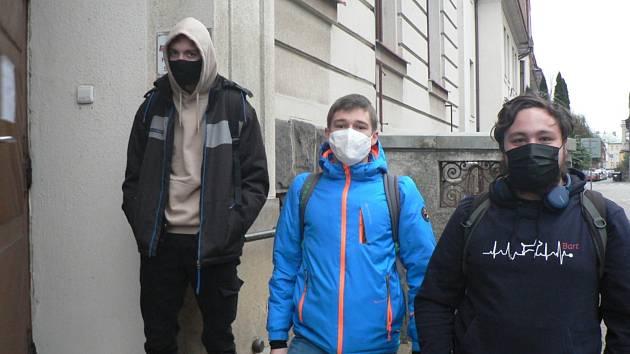 Do škol opět nastoupili po několikatýdenní přestávce ve středu 25. listopadu 2020 maturanti. Na snímku vchod do Střední průmyslové školy strojní a elektrotechnické v Dukelské ulici v Českých Budějovicích.