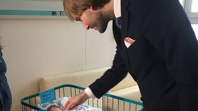 První miminko roku 2019 narozené v Českých Budějovicích přivítal na světě ministr zdravotnictví Adam Vojtěch. Jmenuje se Dominik.