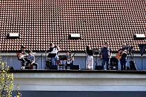 V sobotu 8. května se konal další koncert z vltavotýnské Sokolovny. Tentokrát hrála Rodinná kapela Sýkorů.