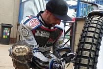 Zdeněk Simota si chystá motocykl pro závody v Anglii.