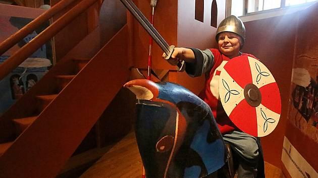 Písecká Sladovna nabízí novou výstavu Stroj času. Děti přenese do pravěku, antického Říma, za Kelty, do středověku, renesance i 19. a 20. století. Výstava potrvá do 26. dubna 2015. Na snímku osmiletý Jan Man z Písku.