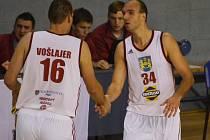 DOMA ZABRALI. Kapitán Jindřichova Hradce Stanislav Zuzák (vpravo) a Tomáš Vošlajer si mohli podat ruce. Další těžkou překážku zvládli. Porazili Svitavy a s rokem 2014 se rozloučili úspěšně. Nový rok zahájí dvěma zápasy venku.