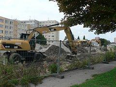 V Jírovcově ulici v Českých Budějovicích stavbaři zahájili v srpnu 2017 práce na záchytném parkovišti. Hotové má být do konce roku 2017. Parkoviště vzniká v prostoru bývalých kasáren jako součást projektu na rozšíření zón s placeným stáním ve městě.