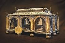 Stříbrný a bohatě zlacený relikviář sv. Auraciána, zhotovený v roce 1665 českobudějovickým zlatníkem Abrahamem Hoffmanem.
