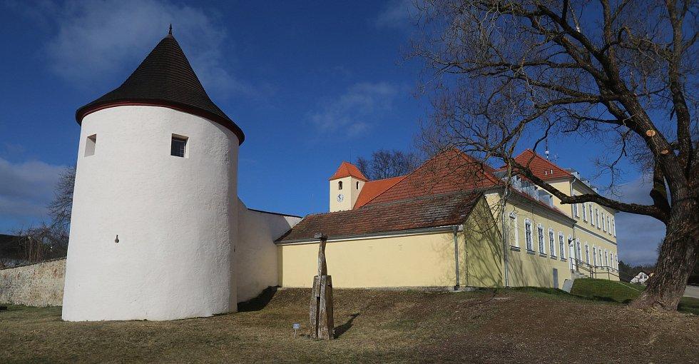 Tvrz Žumberk u Nových Hradů je bývalé panské sídlo ve vsi Žumberk u obce Žár v okrese České Budějovice. Pochází ze 13.století, je přístupné veřejností a sídlí zde pobočka Jihočeského muzea.
