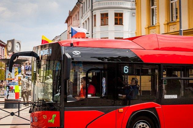 Krajským městem projíždí vozy MHD svlajkami.