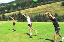 Volejbalisté Jihostroje České Budějovice vyhráli turnaj v Bučovicích, náročnou připravu jim ale trenér Petr Brom neodpustí. Úřadující mistři už budou hrát jen v hale, s antukou se rozloučili stejným způsobem, jako se sezonou 2007/2008.