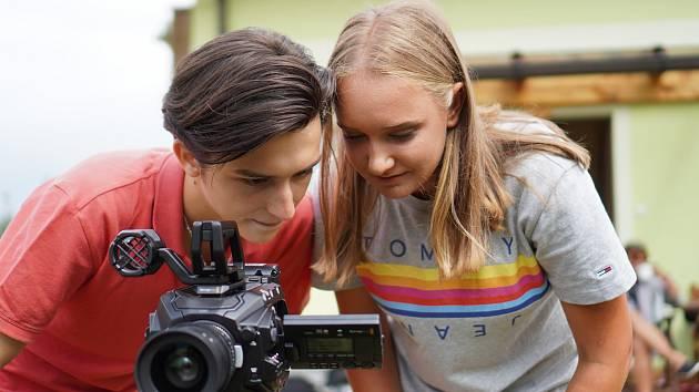 Mladí aktéři videoklipu Všechno můžem si přát.
