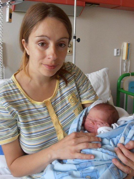 V náručí pyšné maminky Silvie Strapinové si spokojeně hoví Daniel Strapina. Po narození, v úterý 12.6.2012 ve 22 hodin a 29 minut, vážil 3,23 kg. Doma v Českých Budějovicích už se na něj moc těší hrdý tatínek Josef Strapina a dvouletý bráška Josífek.