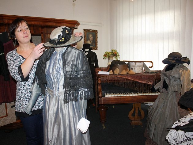 Výstava Ze starých šatníků a truhel v Městském muzeu v Týně nad Vltavou ukazuje, jak se měnila móda od poloviny 19. do poloviny 20. století. Na snímku vedoucí muzea Martina Sudová.