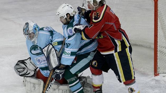 DRUHÁ LIGA. Hokejisté Milevska v současné době hledají nového hlavního trenéra. Na snímku momentka z loňské sezony z utkání s Jabloncem.
