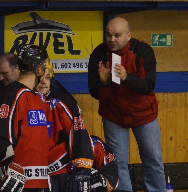 POVÝŠIL. Hokejisty Strakonic jako hlavní kouč Pavel Hejl převzal před letošní sezonou. V minulosti však u mužstva už působil. V sezoně 2006/07 dělal asistenta Stanislavu Kašparovi ve II. lize.