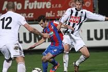 Pavel Novák v zápase s Plzní atakuje hostujícího Štípka.