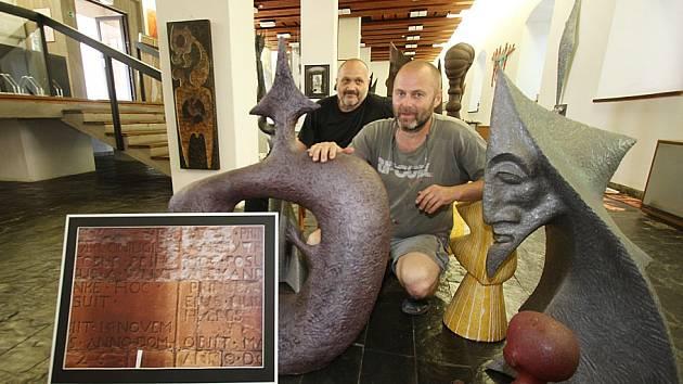 Sofochyto je název výstavy, která o víkendu začala v bechyňském Mezinárodním muzeu keramiky. Svá díla představují (zleva) fotograf Ivo Hajn a sochař Petr Fidrich.