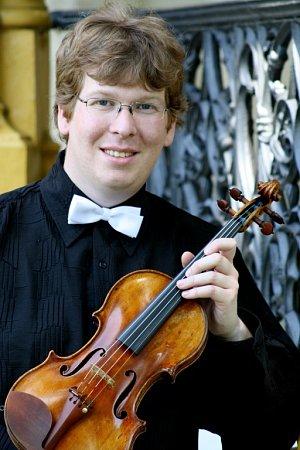 Několik Jihočechů, členů České filharmonie, si zahrálo při turné orchestru vUSA ve slavné Carnegie Hall. Zážitkem bylo isetkání sdojatými krajany. Na snímku houslista Vítězslav Ochman.