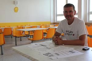 Vedoucí jídelny ZŠ Kubatova Radek Joza dbá na čerstvé suroviny. Při tvorbě jídelníčku se nebojí sáhnout i po ozvláštněních či exotice.