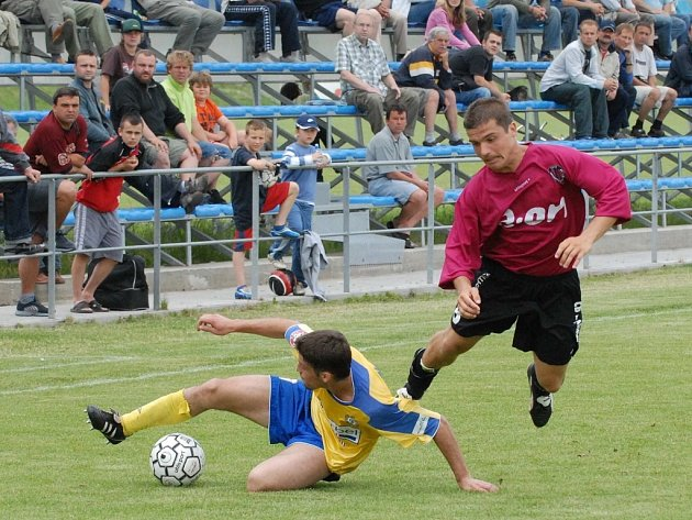 Radim Pouzar v zápase juniorky Dynama s béčkem Teplic letí vzduchem po střetu s teplickým Kopeckým. Mladíci Dynama v posledním domácím zápase ČFL hrají ve středu s béčkem Sparty.