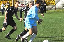 Spartak Trhové Sviny gólem v nastaveném čase rozhodl okresní derby v Mladém ve svůj prospěch. Na snímku mládský František Souček (42 let) uniká v souboji nejstarších hráčů svých mužstev kapitánovi Trh. Svinů Janu Gažákovi (35), vlevo je Ondřej Kolář.