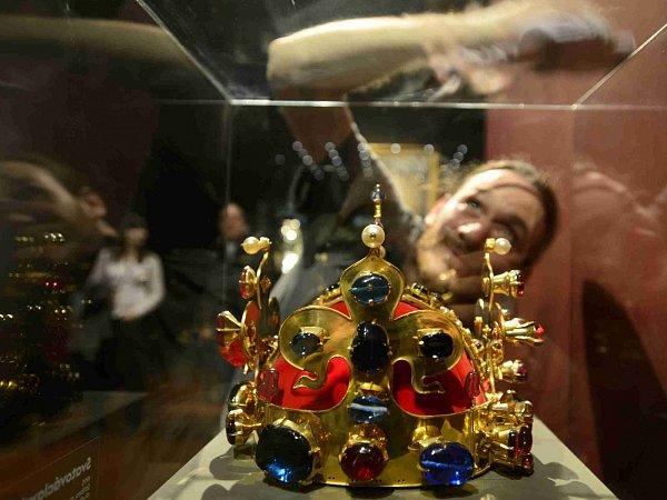 Výstava Hrady a zámky objevované a opěvované, která trvá do 15.března vJízdárně Pražského hradu. Na snímku kopie svatováclavské koruny zhradu Karlštejna, na snímku dokončuje jeden ze řemeslníků přípravu exponátů.