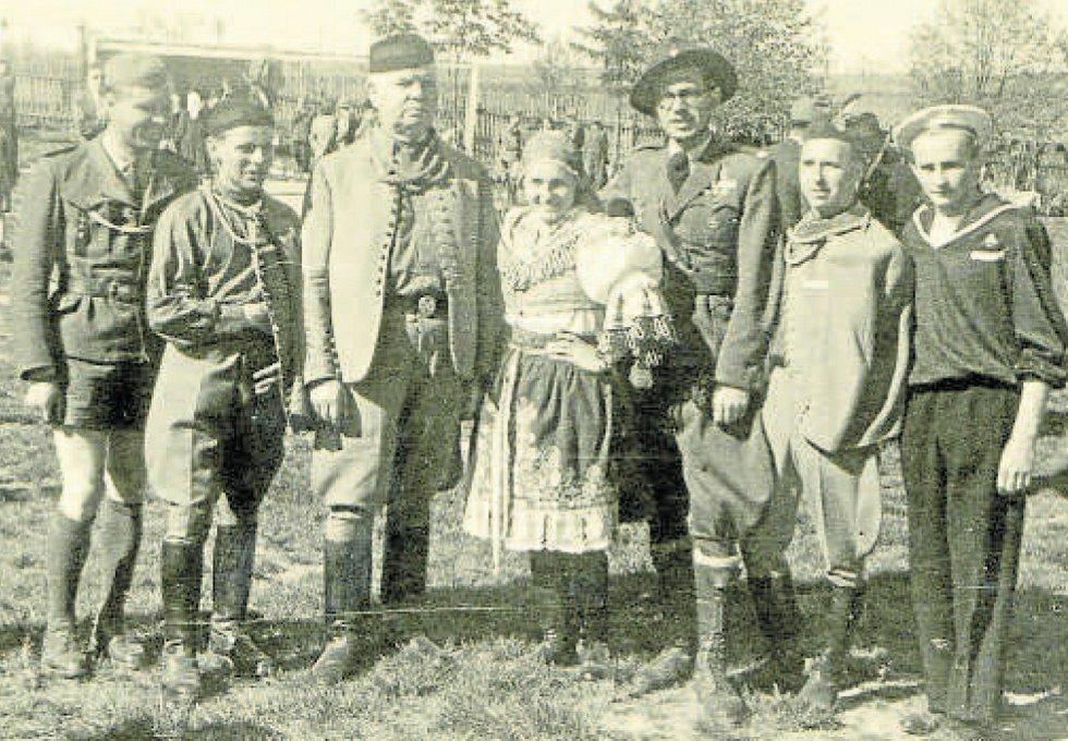 Dožínky v Týně nad Vltavou v roce 1947, skupina sokolů a junáků v krojích.
