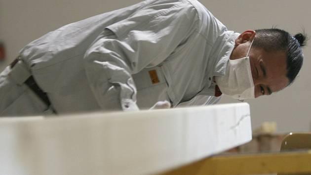 Japonský tesař Hiro Tatsu zahájil na českobudějovickém výstavišti stavbu uměleckého objektu, který bude jakou součást výstavy japonského architekta Takeshi Hosaka v Domě umění postaven na českobudějovickém náměstí.