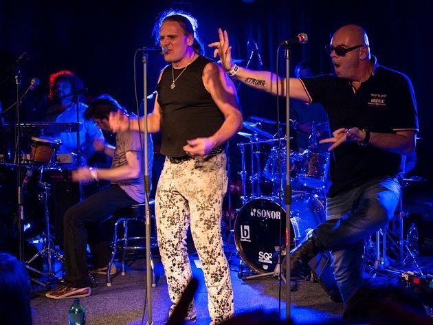 Café klub Slavie v Českých Budějovicích slavil 15. listopadu dva roky existence. Jako dárek fanouškům dal koncert skupiny J.A.R.,  která přilákala zhruba 350 lidí a hrála téměř do půlnoci.