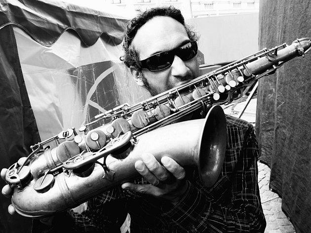Vůbec první výstavu svých fotografií otevřel David Peltán (30), spolupracovník kulturní rubriky Deníku, v malém sále táborské Střelnice. Má název Jazz ladí k vínu. Na snímku Efraim Trujillo, Bohemia Jazz Fest 2011.